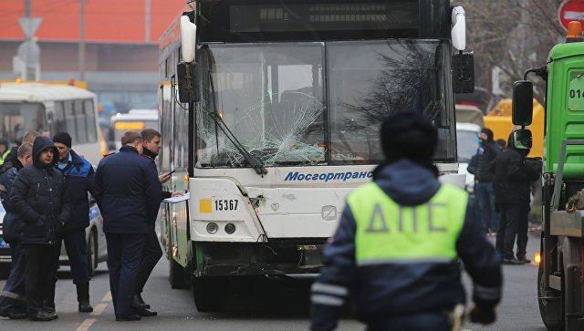 В Москве автобус сбил людей на остановке возле метро