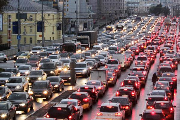 Пробки на трассах столицы достигли 9 баллов