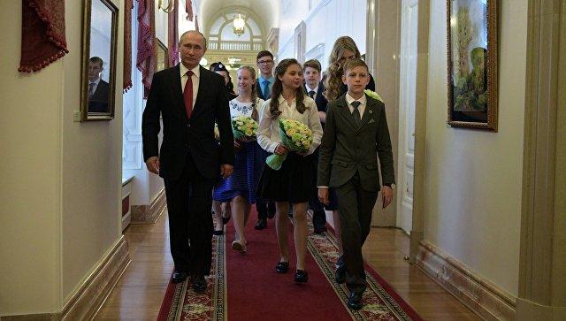 Лучшие школьники страны увидели кабинет президента