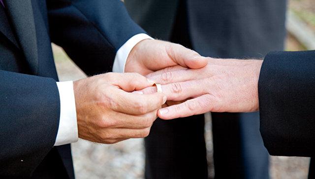 Заключившие брак геи убежали из РФ взамен напаспорта— защитники прав человека