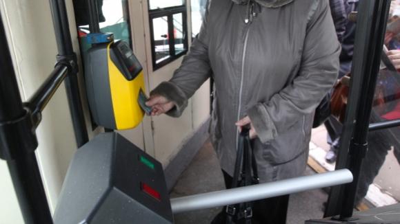 В больших автобусах и трамваях отменят турникеты