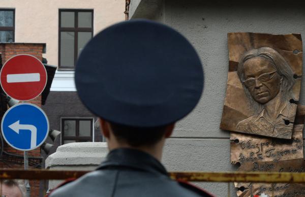ВПетербурге сто человек провели акцию памяти Политковской