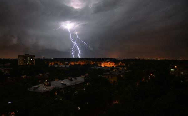 Москвичи получили смс-предупреждения отМЧС обусилении ветра