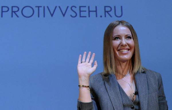 Вовремя дебатов Жириновский обматерил Собчак, аона облила его водой