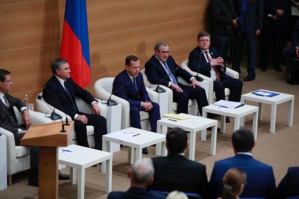 Медведев проводит консультации сКПРФ и«Справедливой Россией» в государственной думе