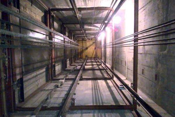 Лифт спятью сотрудниками упал вшахту натерритории подмосковного завода