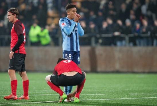 Шведский футболист завязал шнурки окоченевшему впроцессе матча зимбабвийцу