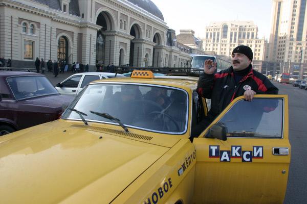 Столичные таксисты подняли тарифы из-за сбоя вметро