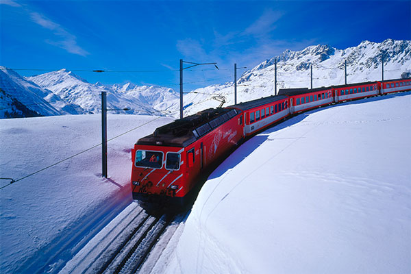 Поезд сносит ураганом срельсов вШвейцарии: видео скамер наблюдения