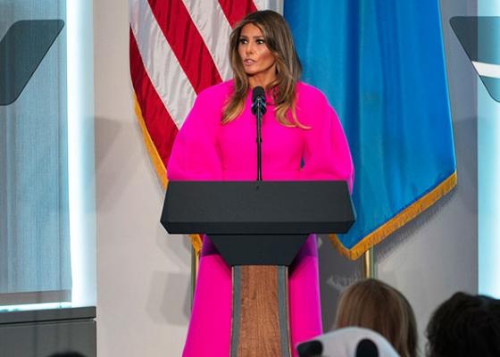 Соцсети высмеяли Меланью Трамп застранный наряд