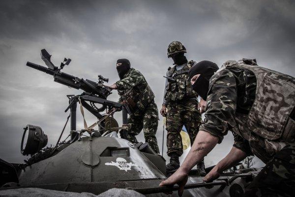 ВСУ обстреляли радикалов «Правого сектора» инационалистов из«Азова» вДонбассе