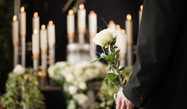 Депутат предложил государству оплачивать похороны умершим допенсии россиянам