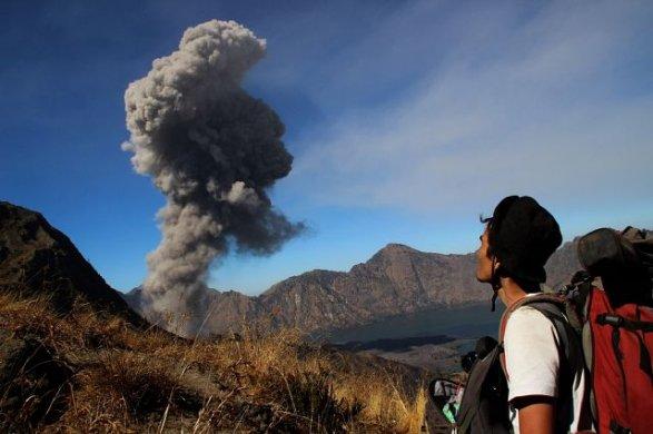 На Бали эвакуируют туристов из-за ожившего вулкана Агунг
