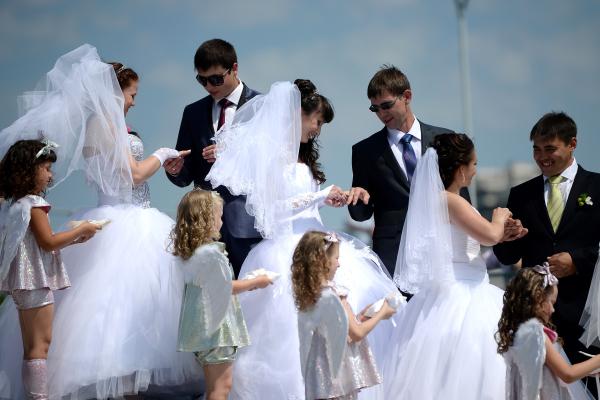 ВНовосибирске поулицам проехал свадебный кортеж избетономешалок