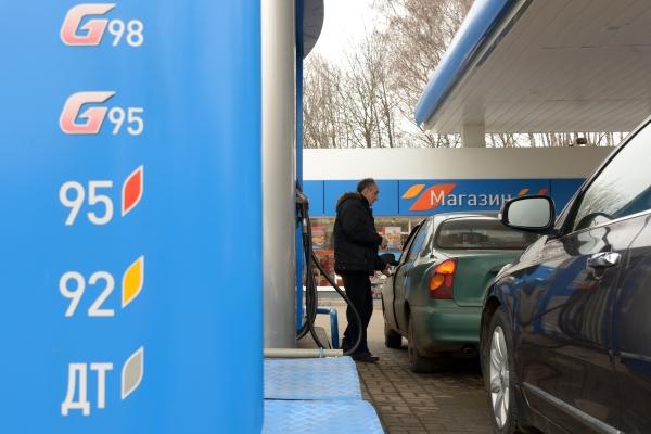 Депутат: Цены на бензин растут из-за излишка заправок