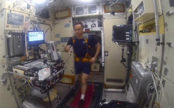 Русские космонавты наМКС будут имитировать греблю и«поднимать» штангу вневесомости