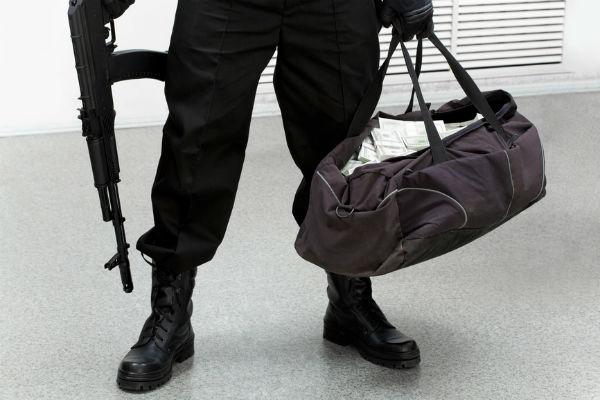 Ограбление по-русски: злоумышленники вмасках «обчистили» банк в столице