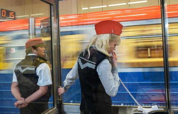 Врайоне станции метро «Автозаводская» собрались пожарные ивстали поезда