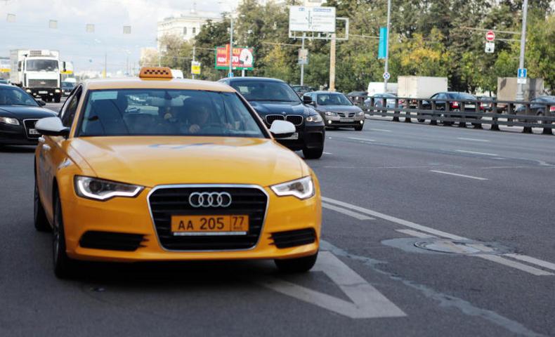 Таксист сбил полицейского настоянке аэропорта Домодедово