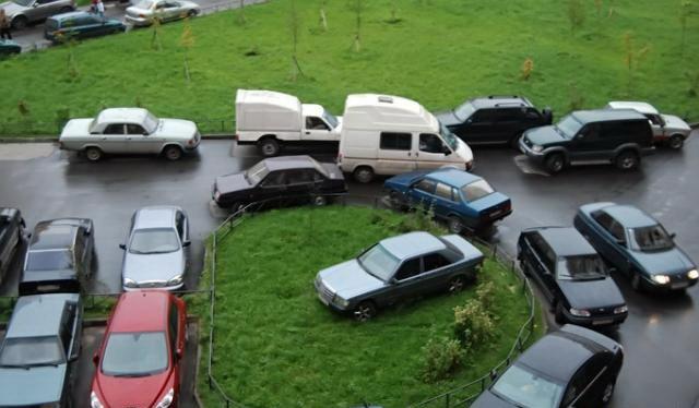 В столицеРФ  планируют запретить парковку водворах